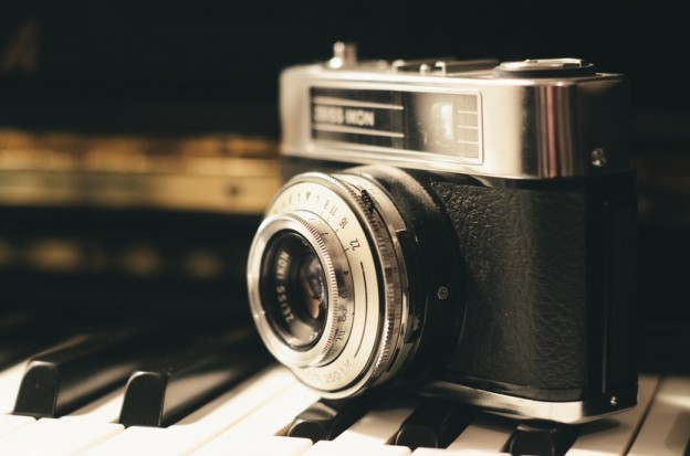 Two classic cameras camera-photography-vintage-lens-largecamera-vintage-lens-design-large